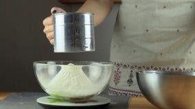Peneirar a farinha no recipiente Fazendo a série da massa folhada filme