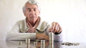 Pengar eller budgetera för kvinna sparande lager videofilmer
