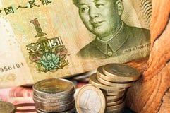 Pengar en YUAN Bill Coins Royaltyfri Fotografi
