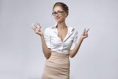 Pengar för affärsdamhåll lite i hennes assistent och henne vänstersidahanden visar att det finns mycket små pengar royaltyfria bilder