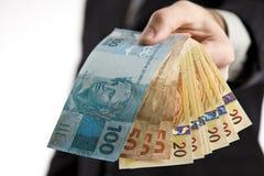 pengar för affärsman som visar dig Royaltyfri Fotografi