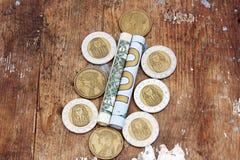Pengar för dollarräkningar rullar med mynt Royaltyfri Fotografi