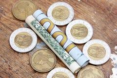 Pengar för dollarräkningar rullar med mynt Royaltyfria Foton