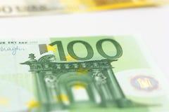 Pengar för 100 euroanmärkningar Arkivfoton