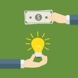 Pengar för idé En hand som rymmer den ljusa kulan och andra handerbjudandepengar och att betala för innovation och kreativitet Arkivbild
