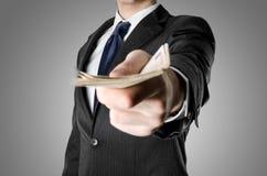 Pengar för iklädd dräkt för affärsman erbjudande Arkivfoton