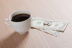 pengar för kaffekopp Fotografering för Bildbyråer