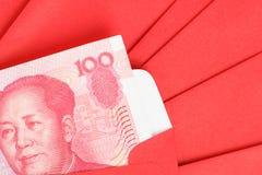 Pengar för kines eller för 100 Yuan sedlar i rött kuvert, som kines Royaltyfria Foton