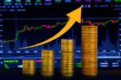Pengar för tillväxt för Bitcoin guld- medaljpengar sparande Upperen myntar visat begrepp av den växande affärsgrafen av finansiel arkivbilder