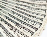 Pengar fördelade ut som en fan på tabellen. Arkivbild