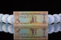 Pengar från emirater på den svarta glass tabellen Royaltyfria Bilder