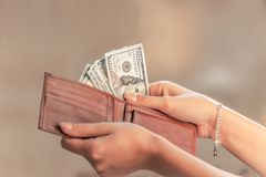 Pengar från plånboken royaltyfria bilder