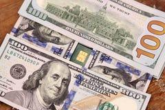 Pengar för dollarräkningar med kreditkorten Arkivfoto
