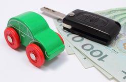 Pengar, grön leksakbil och tangentmedel Vit bakgrund Royaltyfri Fotografi