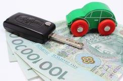 Pengar, grön leksakbil och tangentmedel Vit bakgrund Royaltyfria Bilder