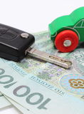 Pengar, grön leksakbil och tangentmedel Vit bakgrund Arkivbilder