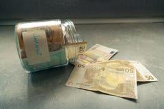 Pengar i den glass kruset, besparingbegrepp Royaltyfri Bild