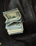 Pengar i din fick- väst Arkivbild