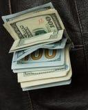 Pengar i din fick- västcloseup Arkivbild