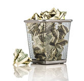 Pengar i en korg Royaltyfria Bilder
