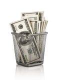Pengar i en korg Arkivfoto