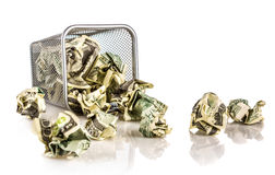 Pengar i en korg Arkivfoton