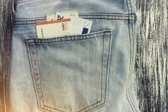 Pengar i ett jeansfack Arkivfoton