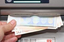 Pengar i EUROsedlar från en ATM Royaltyfria Bilder