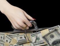 Pengar i fall att och kvinnahand med vigselringförbindelse av bekvämlighetbegreppet Royaltyfri Bild