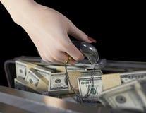 Pengar i fall att och kvinnahand med vigselringförbindelse av bekvämlighetbegreppet Royaltyfri Fotografi