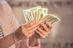 Pengar i händer royaltyfri bild