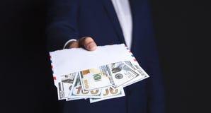 Pengar i händerna av en affärsman royaltyfri bild