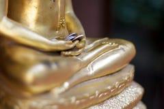 Pengar i hand av buddha Fotografering för Bildbyråer