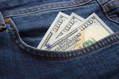 Pengar i jeansen stoppa i fickan äganderätt för home tangent för affärsidé som guld- ner skyen till blåa pengar för jeans för bil Arkivfoto