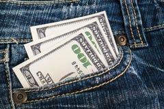 Pengar i jeansen stoppa i fickan Royaltyfri Bild