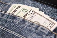 Pengar i jeansen stoppa i fickan Arkivfoto