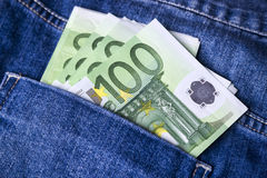 Pengar i jeansen stoppa i fickan Arkivbild