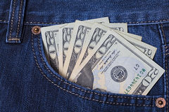 Pengar i jeansen stoppa i fickan Dollar Tjugo dollarräkningar Arkivfoton
