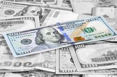 Pengar i mång- valutor med 100 USD fakturerar överst Royaltyfri Foto