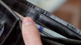 Pengar i plånboken En man som räknar kassa arkivfilmer