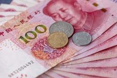 Pengar, kassa, mynt och dollarräkningar