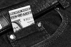 Pengar klibbar ut ur facket av hans jeans, som bakgrund Royaltyfria Foton