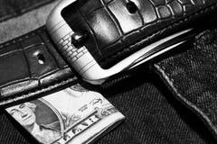 Pengar klibbar ut ur facket av hans jeans, som bakgrund Arkivfoton