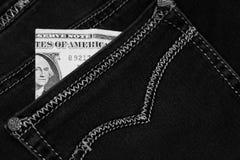 Pengar klibbar ut ur facket av hans jeans, som bakgrund Arkivbild