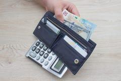 Pengar med den svarta plånboken på trätabellen handla pengar Arkivfoton