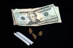 Pengar med krukan på svart Arkivfoto