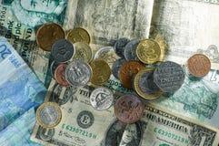 Pengar myntar och noterar olika länder med mycket textur arkivbild