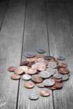 Pengar myntar Wood bakgrund Royaltyfria Bilder