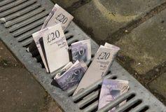 Pengar ner avrinningen Royaltyfri Bild