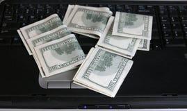 Pengar och anteckningsbok arkivbilder